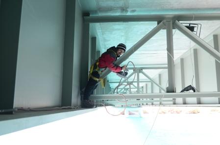 Damián Tosoni en instalación de sensor fluviométrico.